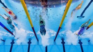 Comienzo de una competencia de natación