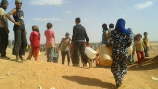 Syrian refugees look for water at the Rukban camp on the Jordanian border (23 June 2016)
