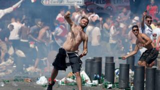 Batalla campal entre aficionados de fútbol en Marsella
