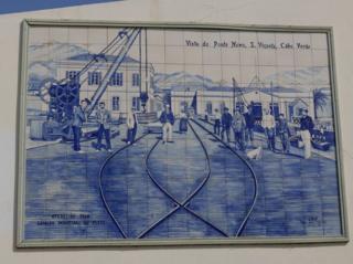 Ülkede tarihi bilinç bağımsızlığın da öncesine gidiyor. Bu dekoratif panel, Yeşil Burun Adaları'nın Britanya donanması için önemli bir kömür limanı olduğu zamanları gösteriyor.