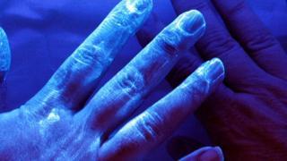 Кисть руки на синем фоне
