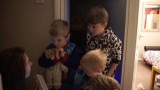 Niños despertándose con alarma