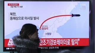 ミサイルの飛行ルートを図で示す韓国のテレビ(6日、ソウル)
