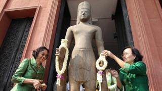 Cambodian women lay flowers on the Harihara Statue during a ceremony at the National Museum in Phnom Penh, Cambodia, 21 January 2016