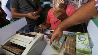 Un hombre cambiando billetes