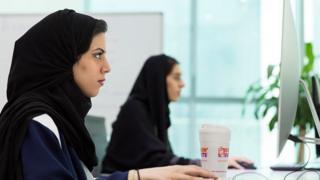 Девушки в хиджабах в офисе