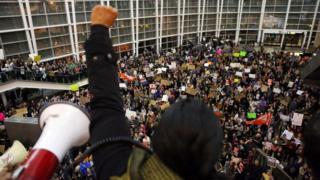 İlk seyahat yasağı girişimi havalimanlarında çok sayıda protestoya sahne olmuştu