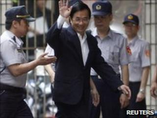 Former Taiwan President Chen Shui-bian arrives at court in Taipei (11 June 2010)