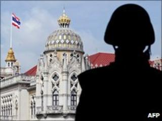 A Thai soldier stands guard at Government House, Bangkok (25 May 2010)