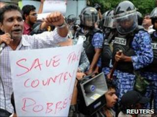 Supporters of President Nasheed protest against opposition parliamentarians