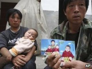 Li Xiaoquan and wife Li Aiqing with picture of twins, one of whom died from melamine-tainted milk, 2008