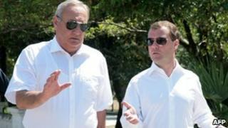 Abkhazian leader Sergei Bagapsh (l) and Russian President Dmitry Medvedev (r)