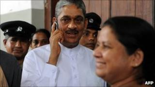 Sarath Fonseka leaves a court in Colombo (29 July 2010)