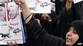 Bahraini women shout slogans against imprisonment and trial of 35 Shia activists (20/02/2009)