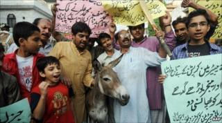 Protesters in Lahore, Pakistan (30 August 2010)