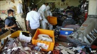 Police search the shoe factory in San Pedro Sula. 8 Sept 2010