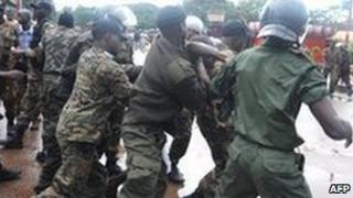 Guinea soldiers arresting protesters 28 September 2009