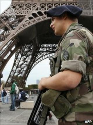 A soldier patrols near the Eiffel Tower in Paris (4 Oct 2010)