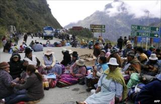 Coca growers from the Yungas region block a road near the town of Santa Barbara (11 October 2010)