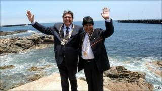 President Alan Garcia (left) and Bolivian President Evo Morales (right) in Ilo on 19 October
