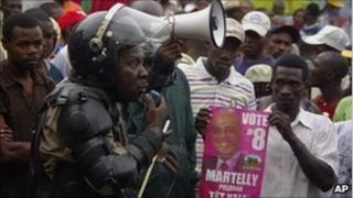Policeman calls on demonstrators to keep calm