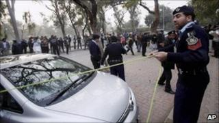 Pakistani police cordon off the site in Islamabad where Salman Taseer was shot dead by one of his guards (4 January 2010)