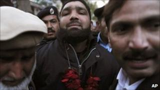 Bodyguard Malik Mumtaz Hussein Qadri arrives at court in Lahore (6 Jan 2011)