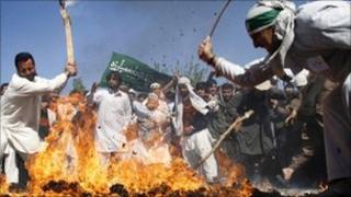 Demonstrators in Jalalabad burn effigy of President Obama (3 April 2011)
