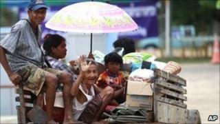 Thai refugees head back to their border homes on 1 May 2011