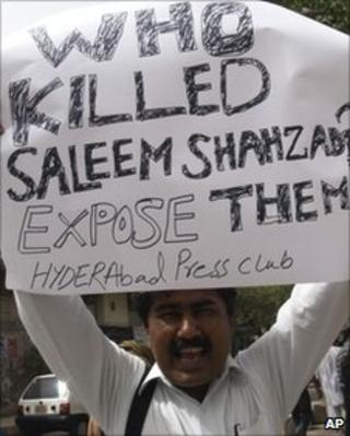 A Pakistani journalist in Hyderabad protests against Mr Shahzad killing, 1 June 2011