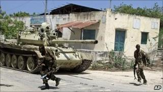 Somali government troops fighting in Mogadishu, 27 May 11