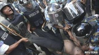 Police try to arrest BNP chief whip and MP Jainul Abdin Farroque on Wednesday