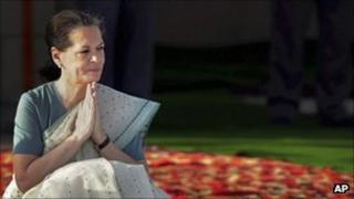 Sonia Gandhi pays tribute to Mahatma Gandhi on 2 October 2011.
