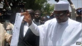 Muhammadu Buhari (r) cast his vote on 16 April 2011