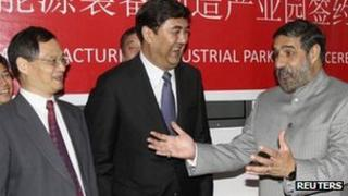 Zhang Yan (L) with India's Trade Minister Anand Sharma (R), Delhi, 4 Nov