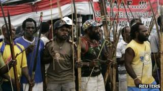 Papuan tribesmen block a road in support of striking workers (4 November 2011)