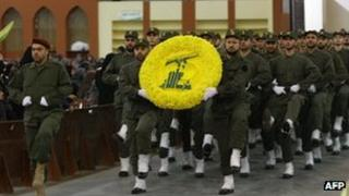Hezbollah militants carry a flower wreath in the colours of the group's logo (11 November 2011)