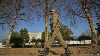 A paramilitary soldier patrols outside the Supreme Court building in Islamabad (December 30, 2011)