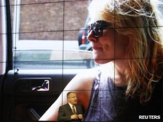Nokia boss Stephen Elop with blown-up photo taken on the new Nokia 808 Pureview's 41-megapixel camera