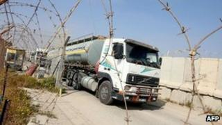 A fuel tanker drives into the Gaza Strip from the Kerem Shalom crossing (4 April 2012)