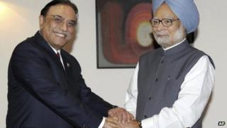 Pakistani President Asif Ali Zardari (left) and Indian Prime Minister Manmohan Singh meet in Delhi on 8 April 2012