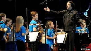 Dudamel on stage with Big Noise children