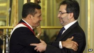Peruvian President Ollanta Humala (l) congratulates new Prime Minister Juan Jimenez (right)
