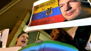 Pro-Assange demonstrators in the Ecuadorean capital Quito on 17 August 2012