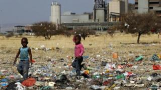 Children play in a dump near the Lonmin-owned mine hit by violence (21 August 2012)