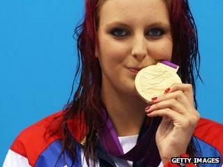 Jessica-Jane Applegate kisses her gold medal