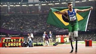 Alan Oliveira celebrates winning gold in the T44 200 metres final