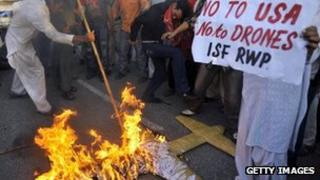 Protesters in Islamabad burn a replica drone (28 Oct 2011)