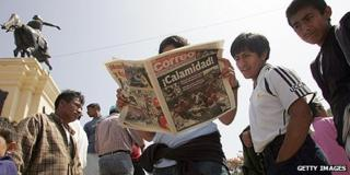 Newspaper readers in Peru