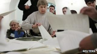 Election workers count votes in Kiev, 28 October